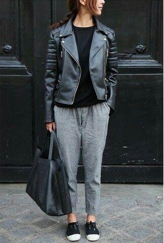 Empareja una chaqueta motera de cuero negra junto a un pantalón de pinzas y te verás como todo un bombón. ¿Quieres elegir un zapato informal? Elige un par de tenis de lona en negro y blanco para el día.