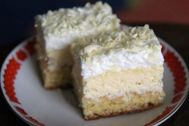 """Чтобы новогодние праздники стали еще более вкусными и радостными, приготовьте для своих близких воздушные пирожные """"Снежинка"""". Этот десерт удивит вас своей легкостью и нежным сладковато-кислым вкусом. Готовить их в домашних условиях несложно: пошаговую инструкцию вы найдете ниже. Тесто: – 5 желтков; – 180 г сахара; – 1 пакетик ванильного сахара; – 10 ложек воды; – 200 г муки; – 1 порошок для выпечки. Крем: – 250 г маргарина (можно масло); – 350 мл молока; – 100 г кокосовой стружки; – 1 ложка…"""
