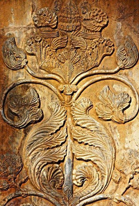 Árvore da vida   Árvore da vida ou a árvore sagrada no sítio arqueológico de Taq-e Bostan. Taq-e Bostan é um siítio com uma série de grandes relevos de rocha da época do Império Sassânida da Pérsia, a dinastia que governou o Irã Ásia ocidental 226-650 AD. Este exemplo de arte sassânida está localizado a 5 km do centro da cidade de Kermanshah no Irã ocidental. (Curdistão), onde ele tem sobrevivido por quase 1.700 anos ao vento e a chuva.   Fotografe por Ali Doosti