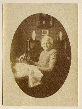 Portretfoto van Aafje Bagchus in Vlaardingse klederdracht, circa 1900-1920. #ZuidHolland #Vlaardingen