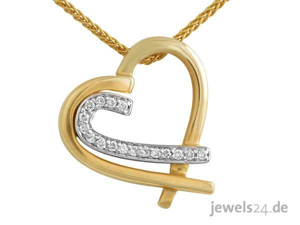 Herz-Halskette aus Gelb-Gold als Diamant-Anhänger. Das modische Herz ist geschwungen gearbeitet und dicht an dicht, mit 17 weißen Diamanten im Brillant-Schliff ausgefasst. Der ausdrucksvolle Herz-Anhänger wird, von einer 45 cm langen Zopf-Kette getragen, die ebenfalls aus Gelb-Gold gefertigt ist. Zum Valentinstag ein schönes Geschenk. Diamantschmuck direkt vom Hersteller aus Deutschland bei www.jewels24.de Edel und günstig! #kette #valentinstag #jewels24 #geschenk #schmuck #diamantschmuck