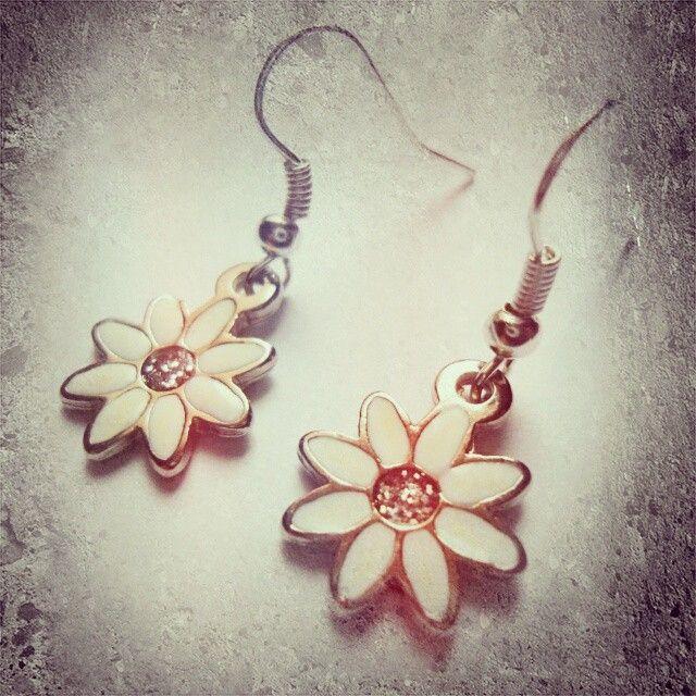 Aretes flores blancas https://www.facebook.com/AccesoriosUv