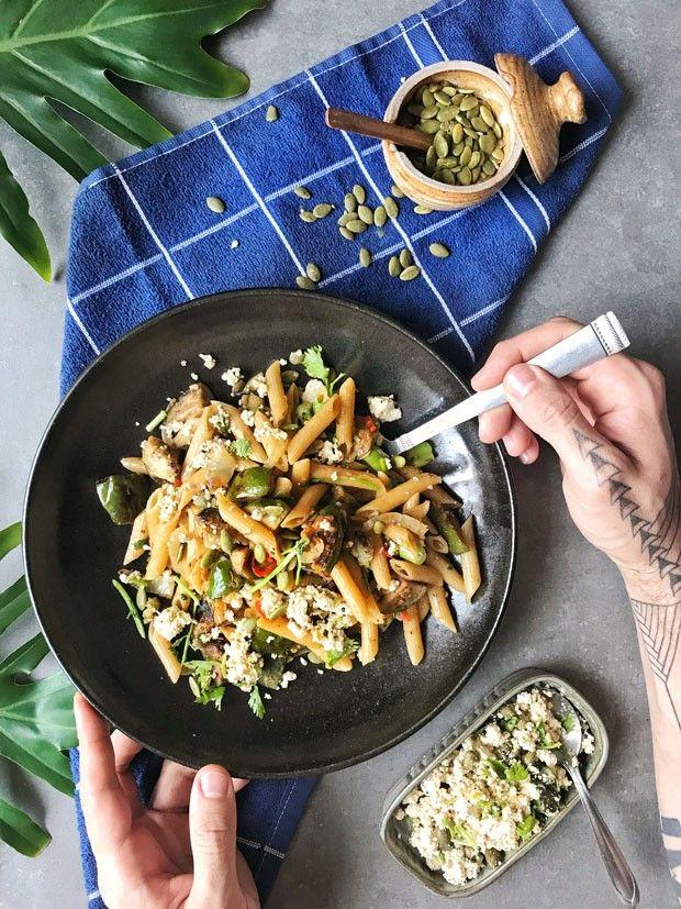 Receita de penne saudável leva tofu e jiló  (Foto: Simplesmente)