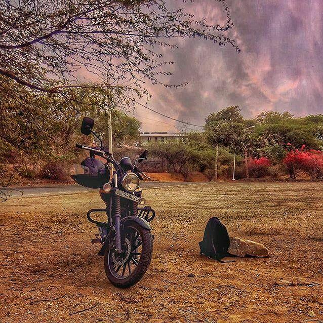 Quanta pace questa foto e che bello è andare in moto... . #themangrapher . #bike #weather #skies #spring #motorcycle #delhi #delhigram #travelblogger #traveling #travelgrammers #photography #avenger #traveller #bajaj #instame #peace #chill #surajkund #unknown #streetshot #street #mptp #pneumatici #tyres_shop