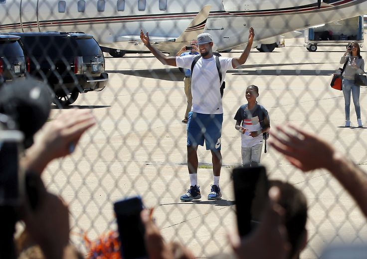 Fans welcome new Oklahoma City Thunder forward Paul George at Will Rogers World Airport in Oklahoma City, on Tuesday. [PHOTO BY STEVE SISNEY, THE OKLAHOMAN]