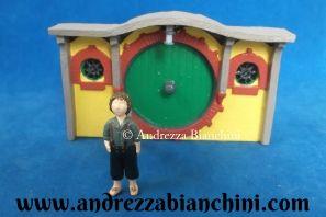 Casa dos Hobbits Bilbo e Frodo personagens do filme O Senhor dos Anéis. Em escala 1:36 Altura: 6,0 cm. Veja mais miniaturas no site.