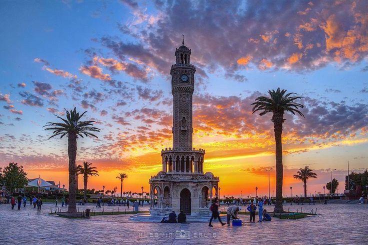 Osmanlı padişahı II. Abdülhamid'in tahta çıkışının 25. Yıldönümünü kutlamak için 1901 yılında yapılan tarihi  kule  Konak Saat Kulesi.-İZMİR