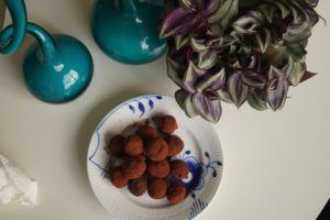 Chokoladekugler - dadelkugler med kakaodrys og en intens chokoladesmag. den perfekte lille energikugle rig på vitaminer og mineraler