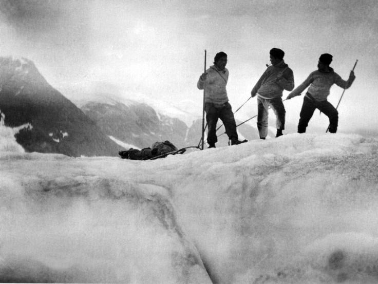 Ishelte. Mylius-Erichsen, Jørgen Brønlund og en ukendt tredjemand med trækslæde. - Foto: Arktisk Institut