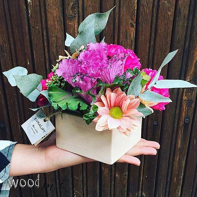 Красивые букеты из живых цветов в коробках от WoodMe!  Коробки изготовлены по индивидуальному заказу.  .  .  .  .    #woodme #кашпо #деревянное_кашпо #кашпо_из_дерева #деревянныйдекор #деревянныйдекоркиев #букет #цветы #flowers