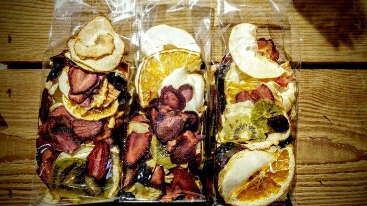 Mix di frutta disidratata per uno spuntino veloce e sano.