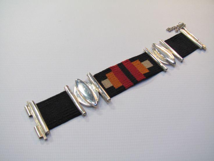Pulsera de plata 900, con tejido en telar manual con hilo de seda natural.
