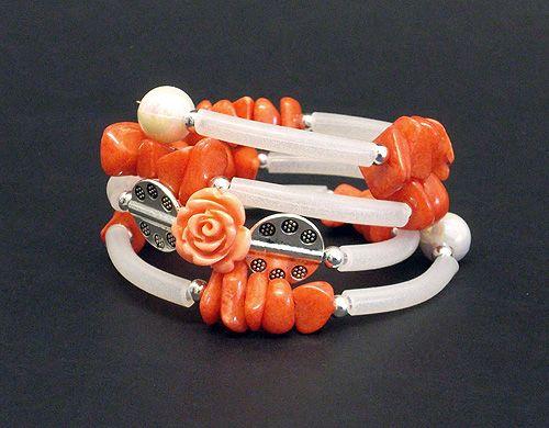 braccialetto in caucciù, pietre dure, perle di argentone e rosellina di resina