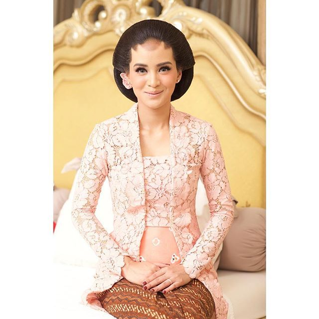 Make up by @andreblake_ Paes by @taridonolobo Sanggul by @mujibaharani Kebaya @fadlan_indonesia