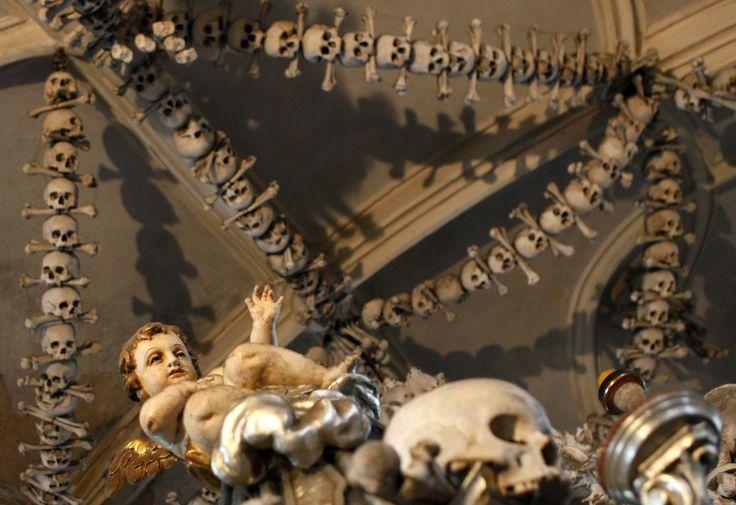 http://www.kristendom.dk/billeder/billedserie-kapel-udsmykket-med-40.000-skeletter