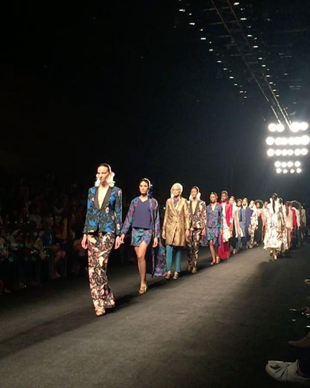Tuvimos la oportunidad de conocerla el año pasado y hoy hizo vibrar la pasarela @ateliercrump Aires románticos con piezas clásicas como los trajes de dos piezas camisas shorts y blusas camiseras se cargaron de color y estampado! @inexmoda #colombiamoda2017 #vibroconlamoda #moda #runwayshow #fashionshow #ateliercrump #modacolombiana #inlove #semanadelamoda #medellín #Colombia  via ONE BOOK MAGAZINE OFFICIAL INSTAGRAM - Celebrity  Fashion  Haute Couture  Advertising  Culture  Beauty  Editorial…