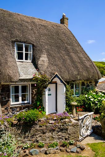 ♡ Beautiful old English thatched cottage in tiny village of Cadgwith, Lizard Peninsula, Cornwall, England