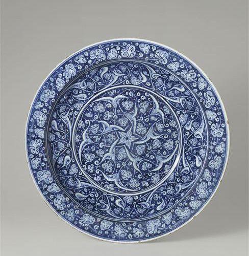 Grand plat, terre siliceuse à décor bleu et blanc, Turquie ottomane, Iznik, vers 1480
