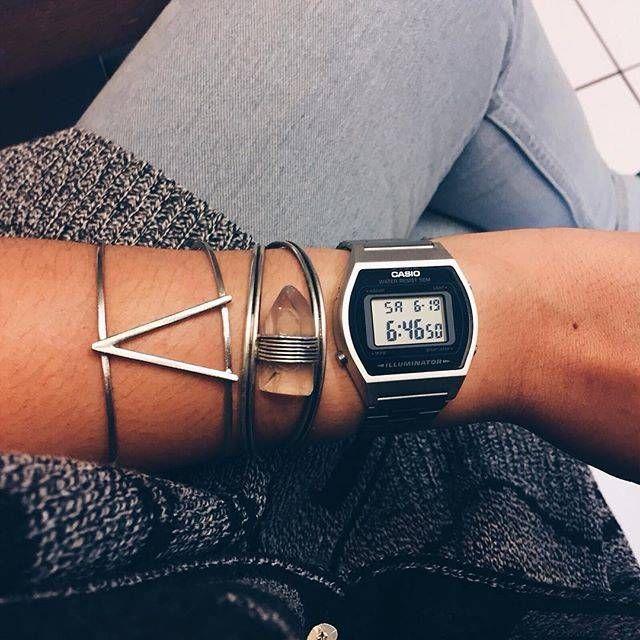 relógio digital prata médio