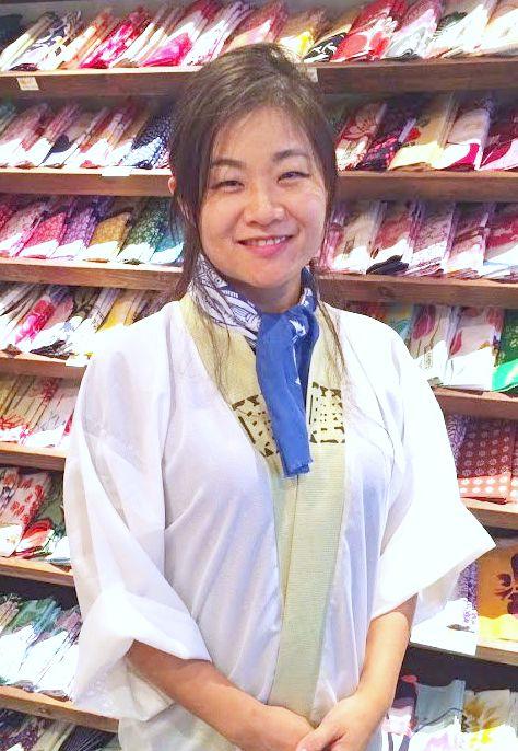 """ゲスト◇ちどり屋/加藤敦子(Atsuko Kato) 現在世界に活躍の場を広げるデザイナー達が参考にしたといわれる日本の模様の集大成である""""手ぬぐい""""を一同に集め、すべての手ぬぐいをお店で見れるようになっております。最近では「江戸歴史文化検定」など""""江戸""""に大変な注目が集まっています。""""和""""自体に対して新たな見方が出てきており、昔から存在してきた手拭いですが「歌舞伎柄(縞)」のような模様は現代にも通じる粋なデザインであったり、また「みかん」、「パンダ」というようなかわいらしい模様まで性別や年代を問わずお楽しみいただいております。実用面としても綿100%という天然素材は肌に優しく、拭いても毛羽立たないことから赤ちゃんはもちろんのことアトピーなど皮膚疾患の方にも大変お喜びいただいています。"""