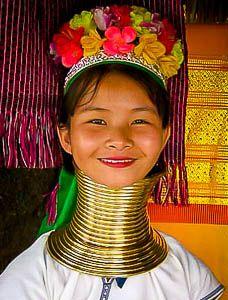 Deze Karenvrouwen dragen al vanaf het vijfde jaar vijf koperen ringen om hun nek. Naar mate de vrouwen ouder worden, komen er steeds meer koperen ringen bij. En zo lijkt de nek steeds langer te worden. Vandaar de naam, Longnecks.