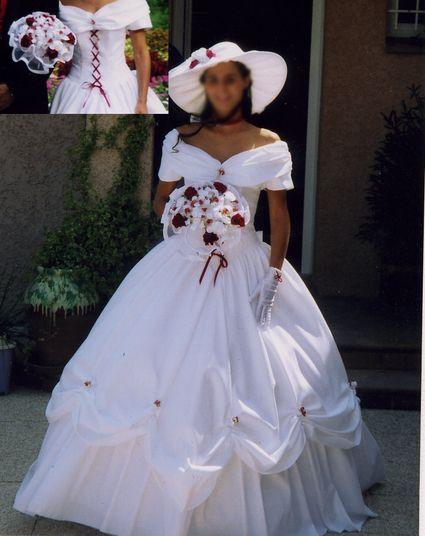 Robe de mariée blanche avec lacet rouge interchangeable, façon Sisi vendue avec son jupon.