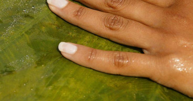 Como usar resinas para reparar as unhas. Uma unha quebrada não tratada pode causar dor e resultar em mais danos. Entretanto, ter uma unha quebrada não significa que você precise refazê-la completamente ou cortá-la. Consertá-la com resina faz com que ela se fortaleça e resolve o problema.