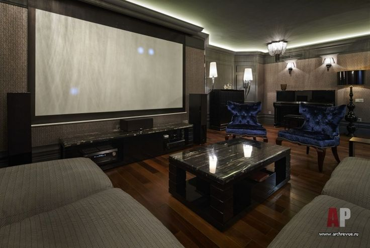 Фото интерьера домашнего кинотеатра таунхауса в стиле неоклассика