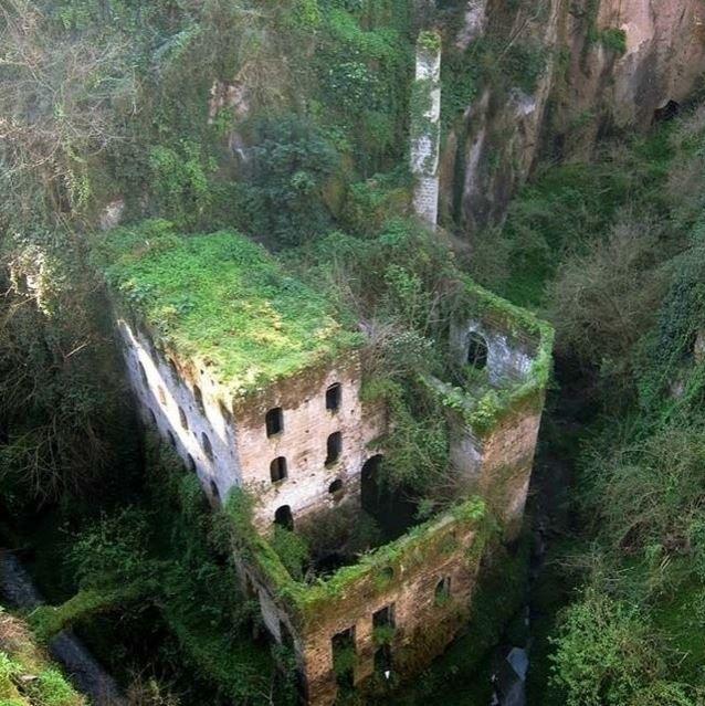 Un mulino del 1866 abbandonato a Sorrento, in Italia - I dieci luoghi abbandonati più belli nel mondo-1 marzo 2014 - CMI
