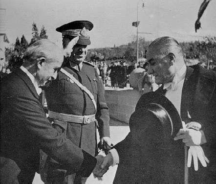Inonu Cakmak Ataturk 29 10 1936 - İsmet İnönü - Vikipedi-Başbakan İsmet İnönü, Genelkurmay Başkanı Mareşal Fevzi Çakmak, ve Cumhurbaşkanı Mustafa Kemal Atatürk, Cumhuriyet Bayramı törenlerinde, (TBMM, Ankara, 29 Ekim 1936)