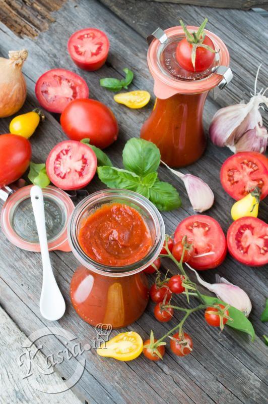 Przepisów na domowe ketchupy czy jak kto woli keczupy są tysiące :) Jedni wolą przepis na keczup łagodny w smaku, nieprzesadnie pomidorowy inni wolą przepis na keczup pikantny, mooooocno pomidor...