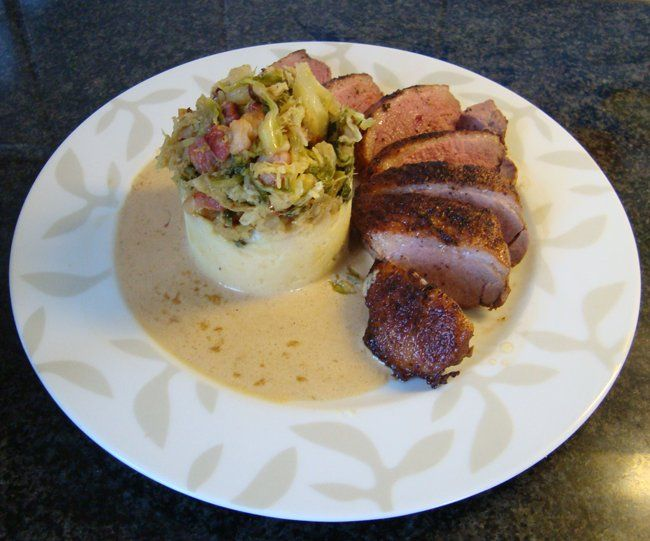 Recept voor Eendenborstfilet met roomsaus en savooikool. Meer originele recepten en bereidingswijze voor wildgerechten vind je op gette.org.