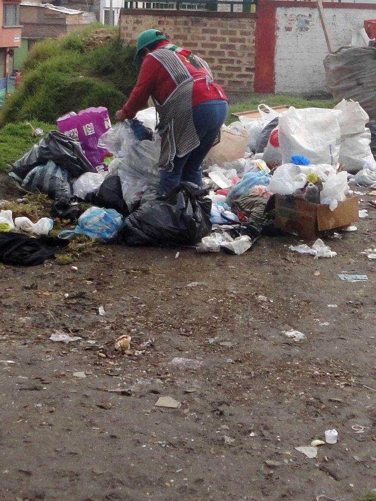 En esta fotografía se puede apreciar el trabajo indigno que realizan mujeres, niños, abuelos, familias enteras en busca de un sustento que les permita alimentarse. En la mañana de un día frío encontré a esta mujer buscando y seleccionando materiales entre las basuras que botan los residentes.