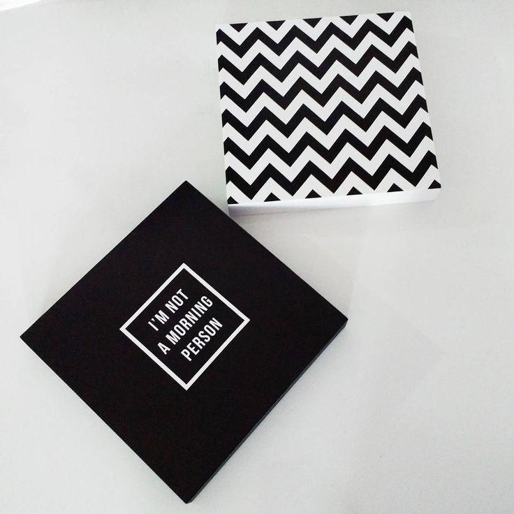 Essa duplinha em preto e branco foi a escolha de uma cliente 😍 Depois da fotinho foram para caixa e em breve estarão embelezando um cantinho na casa nova 😊  .  .  .  .  .  #quadrinhos #vendaonline #pretoebranco #blackandwhite #chevron #imnotamorningperson #decoracao #decoracaoparaparede #paraparede #casa #venda #pedido #encomenda #dupla #orna #combina #casawoo #interiores #decoracaointerior #design