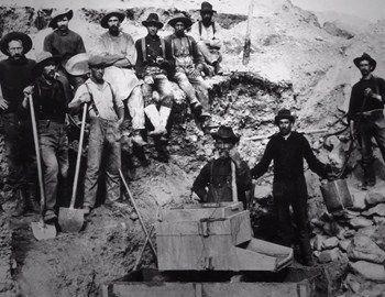H ιστορία του αντιπροσωπευτικού ρούχου της αμερικανικής κουλτούρας, του Levi's 501 ξεκίνησε το 1873 από τα ορυχεία πριν εξαπλωθεί στη χώρα και μετά στον κόσμο. Η πορεία της εξέλιξης του ακολουθεί την ίδια την ιστορία