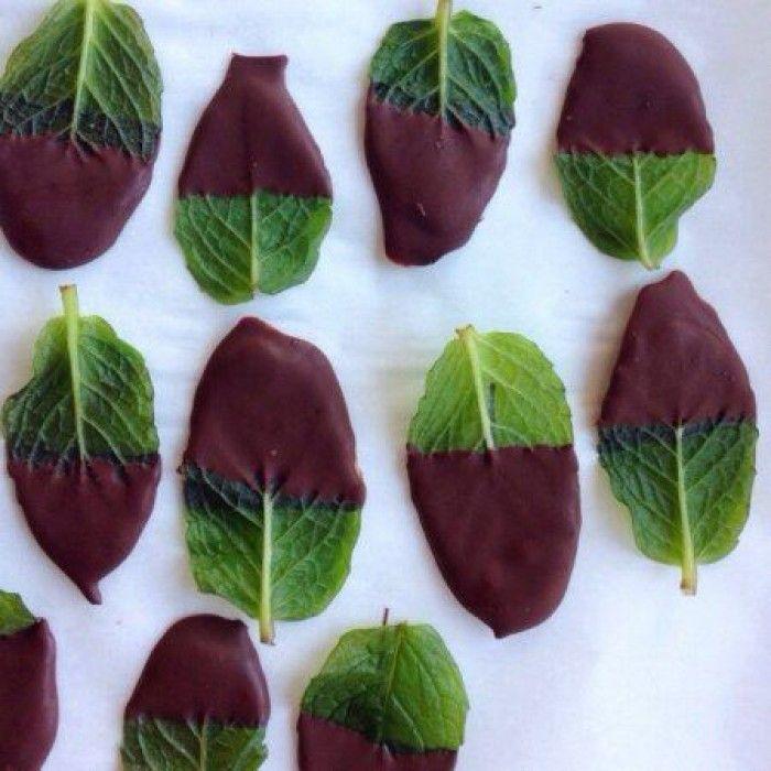 Minze in Schokolade dippen: After Eight mal ganz anders und es sieht klasse aus. Noch mehr tolle Rezepte gibt es auf www.Spaaz.de