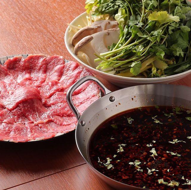 『ラーの辛味』御一人様2000円 . ラー油をベースにしたスパイシーなスープ . ただ辛いだけではなく、辛さの向こうに極上のうま味✨ . お肉は、和牛ブリスケを使用 . お野菜は葉野菜が中心 . 辛いのが苦手な人には、特製の『トマみそ』でマイルドに😌 . パクチー抜きも出来ますよ👍 . #北区 #同心 #天満 #肉鍋 #肉 #鍋 #赤 #白 #モツ #しゃぶしゃぶ #ピリ辛 #豚足 #沖縄そば #パクチー #コラーゲン イソフラボン #豆乳 #日本酒 #マッコリ #冷凍フルーツサワー