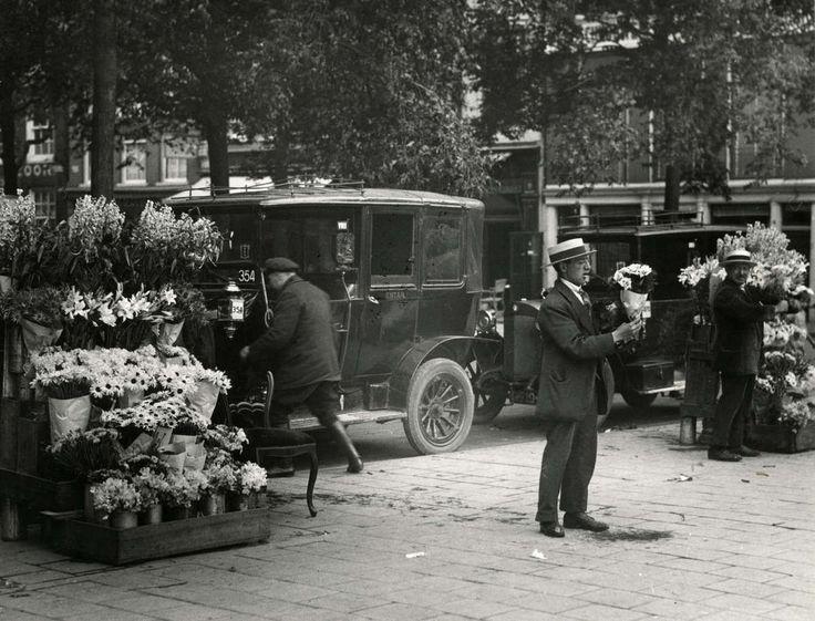 Bloemenstal verkopers en taxi-standplaats op het Leidseplein te Amsterdam, Nederland 1920-1930.