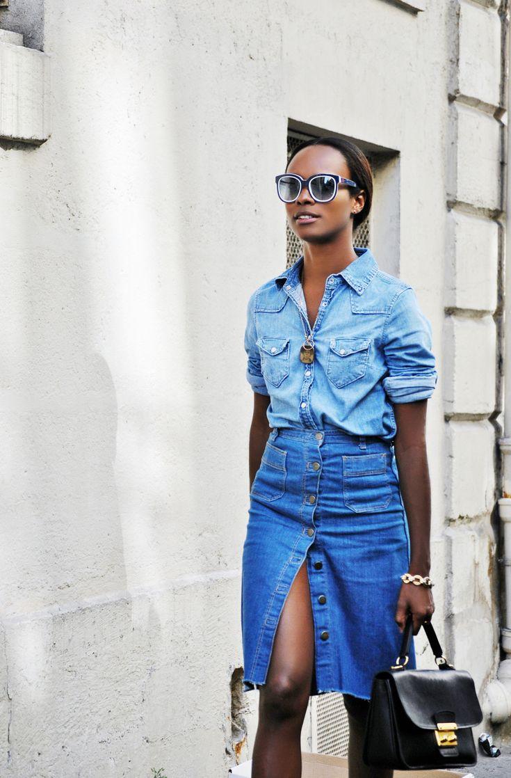 Look total jeans com camisa e saia midi jeans de botões