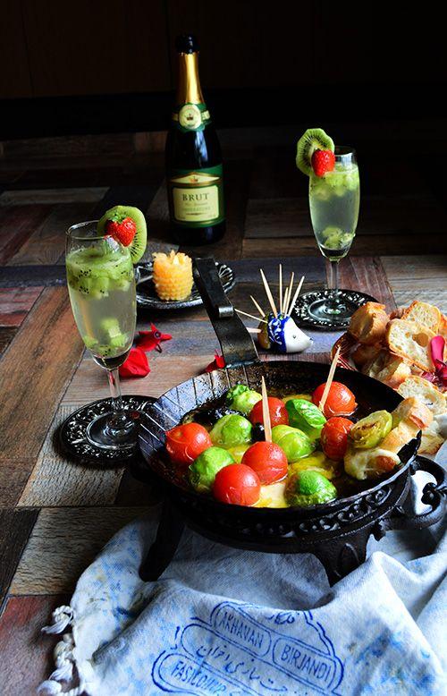 芽キャベツ、トマト、モッツアレラの春アヒージョ と フルーツスパークリングワイン : タパス!ピンチョス!家バル! 金魚の肴