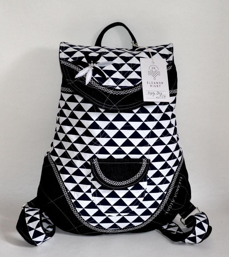 RIGBYbag+no.+37+Černo-bílý+batůžek+trojúhelníkový+je+ideálním+módní+doplňkem+určený+pro+volný+styl+a+Vaše+městské+pochůzky.+Uvnitř+batůžku+je+podšívka,+menší+uzavíratelná+kapsička+na+zip.+Celý+batůžek+lze+stáhnout+šnůrkou+a+uzavřít+na+knoflík+(který+je+rafinovaně+schovaný+pod+klopou+batůžku).+Do+batůžku+se+vlezou+všechny+Vaše+nezbytnosti+včetně...