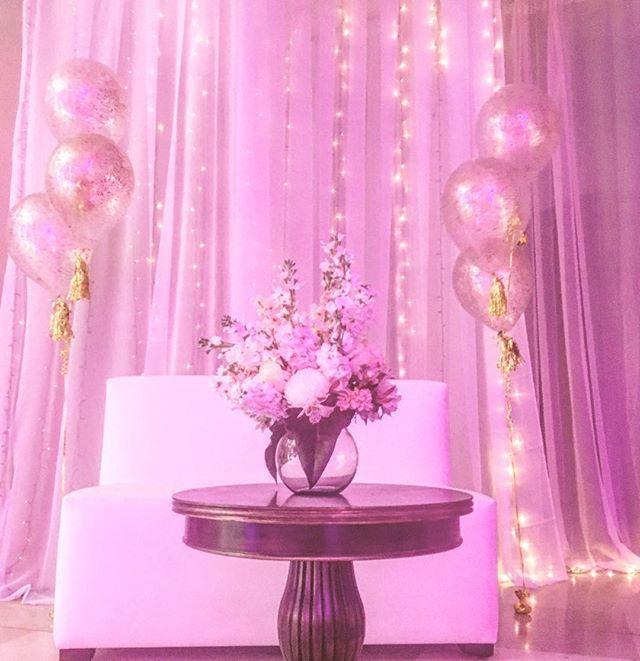 """La iluminación siempre juega un papel importante al momento de ambientar espacios ! 💡💡Gracias @globosdeluzec por sus bouquets de globos confeti🎈🎈 #encontandoideias #eventdecor #eventprofs #eventstyling #eventdesign #lights #spotlights #pink #ballons #quinceañera #quinceandco #eventosguayaquil #guayaquil #quito #cuenca #ecuador #fiori  #campodeifiori_ec #campodifiori #roses #flowers #centerpiecedecor"" by @campodeifiori_ec (campodeifiori_ec). • • What do you think about this one?…"