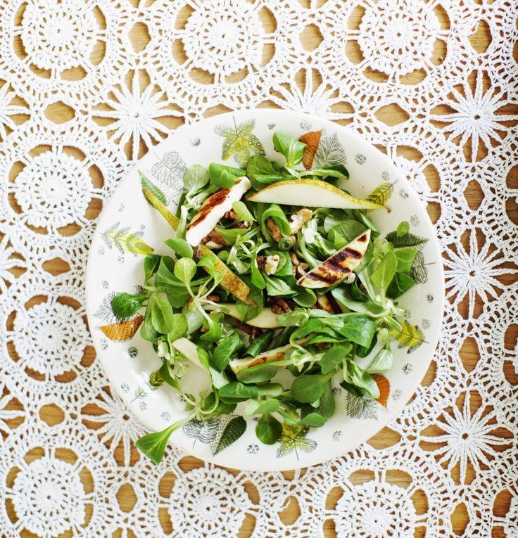 Sałatka z gruszkami, orzechami włoskimi i oscypkiem