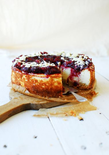 Today we are talking about this great cheesecake with a crispy crust, covered with mass amounts of a dense cranberry sauce. The cheesecake is moist and delicate