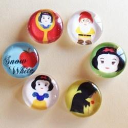 the characters of the story of Snow White - Set di cabochon in vetro ideali per creare bijoux. Dimensione del cabochon 10 mm