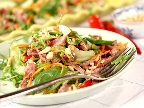 Asiatisk biffsallad med chilidressing och jordnötter | Recept.nu
