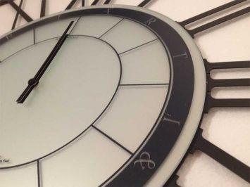 Big Roman är en exklusiv och stor väggklocka där designern lyckats balansera känsla och still på ett fantastiskt sätt och klockans uppdelning i fler sektioner skapar en dynamik som gör att du inte kan slita ögonen ifrån klockan!