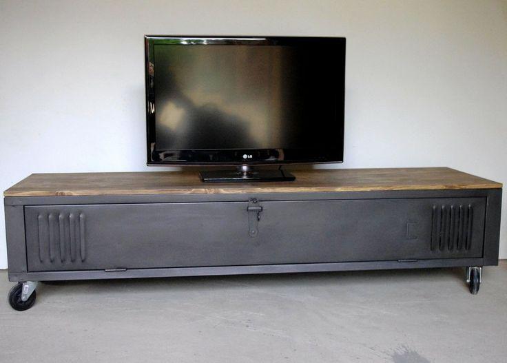 DIY: tv meubel van locker (http://www.heure-creation.fr/produit/vestiaire-transforme-en-meuble-tv-industriel-metal-et-bois/)