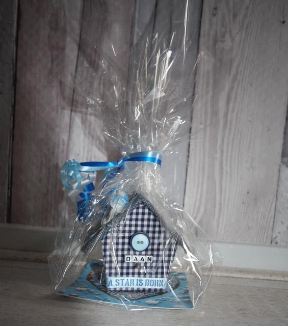 Schattig cadeautje bij geboorte. Een mini huisje met de naam van de kleine in elke gewenste kleur.