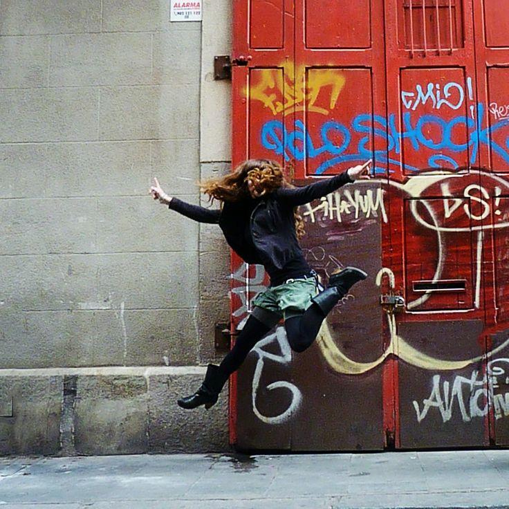 Celebrando los tallers Oberts de artistas en Barcelona Centro. (la artista pintora @Ivana Flores en la foto saltando).
